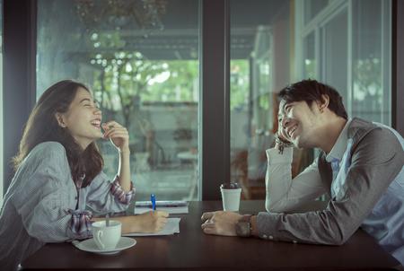 пары младшего Азии мужчина и женщина расслабляющий с горячим кофе пить в кофейне счастье чувства