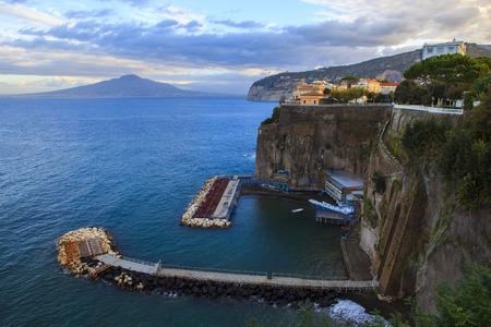 falaise rocheuse de la côte sorrento mer méditerranée sud italie
