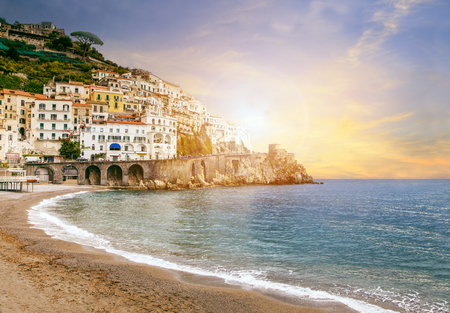 paisaje mediterraneo: hermoso paisaje de Amalfi costa mediterránea del mar del sur de Italia importante destino de viaje por Europa Foto de archivo