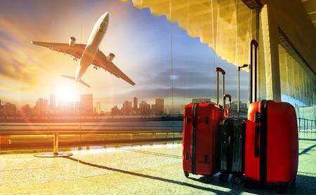 空港ターミナルと市の上空を飛ぶ旅客機の中の荷物を移動のスタック