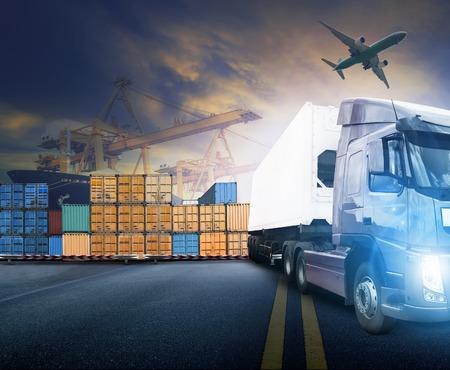 homme de travail et un camion de conteneurs, navire dans le port et l'avion cargo de fret dans le transport et l'import-export logistique commerciale, l'industrie des entreprises de transport