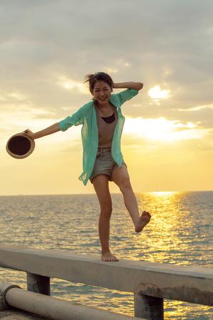 persona viajando: mujer asiática relajante vacaciones de verano en la playa del mar contra la hermosa puesta de sol cielo