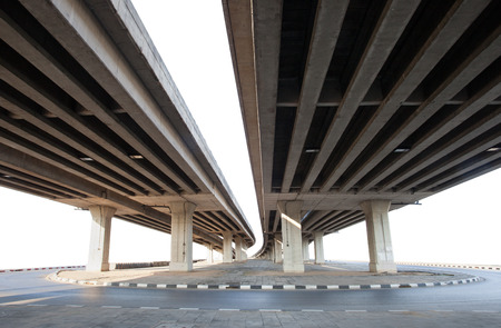 cemento: estructura del puente de cemento aislado fondo blanco