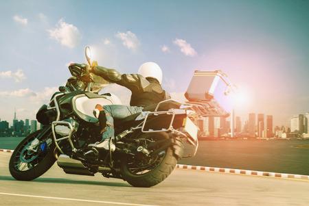 男旅と都市のライフ スタイルに急カーブのツーリング バイクに乗って