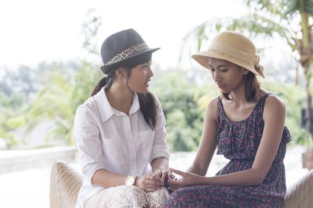 アジア若い女性の友人深刻な話の肖像画