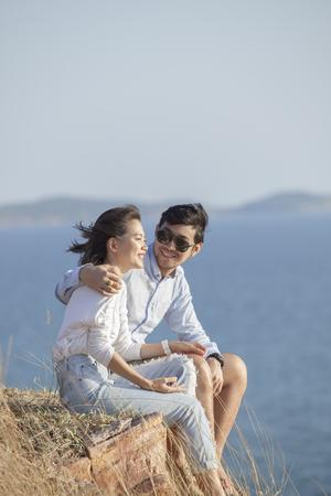 Portret van Aziatische jonge man en vrouw te ontspannen vakantie op zee geluk kant emotie Stockfoto - 78423018