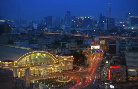 BANGKOK THAILAN - MAY20 : beautiful traffic light and Hua Lumphong railway station in heart of bangkok on may20 ,2017 in bangkok thailandd Redakční