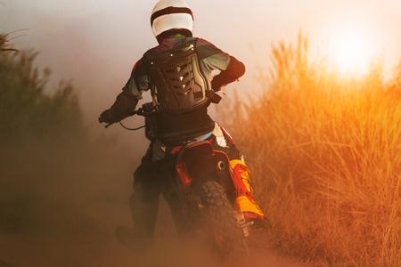 man rijden sport enduro motorfiets op onverharde weg