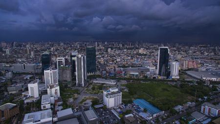 BANGKOK THAILAND - JUNI 7,2017: luchtfoto van hoge en moderne kantoorgebouw aan ratchadaphisek road en rainstroming wolk achtergrond Redactioneel