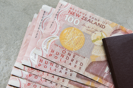 one hundred dollars bank note of new zealand Stok Fotoğraf