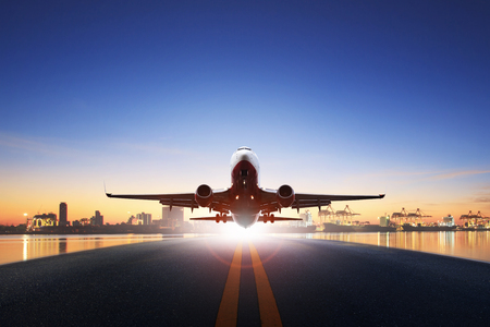 Frachtflugzeug heben von den Start- und Landebahnen des Flughafens gegen den Einsatz des Schiffshafens für Lufttransport- und Frachtlogistik ab, Import, Exportgeschäft Standard-Bild