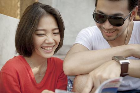 Koppels van Aziatische jongere man en vrouw lachen geluk emotie, reist bestemming