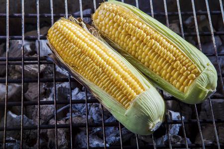 gele maïs gegrild op houtskoolfornuis