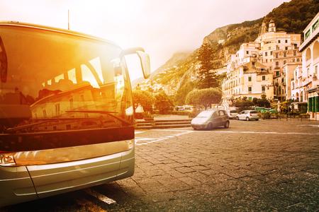 Parking de bus touristique sur la place de la ville de la côte d'Amalfi destination de voyage la plus populaire dans le sud de l'Italie Banque d'images - 81703209