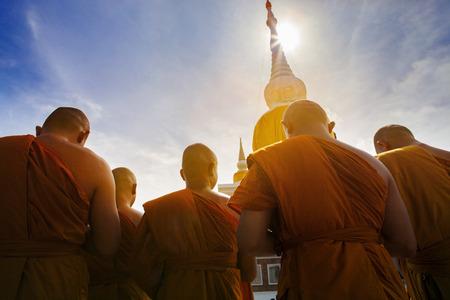 タイの prathat の nadun マハーサーラカーム最も重要な宗教ランドマークで祈るタイの仏僧 写真素材