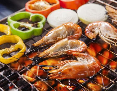 Shripm, garnalen gegrild op barbe cue stove vuur met koud en ui Stockfoto