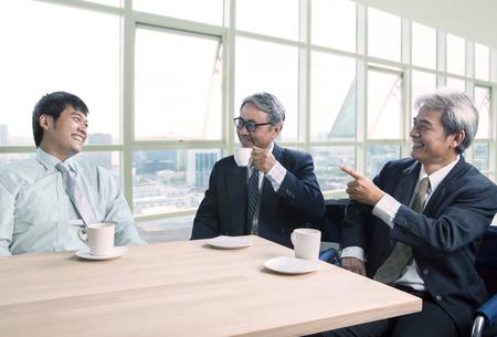 Man praten met geluk en ontspannende emotie, zakenmensen en het thema van het kantoorleven