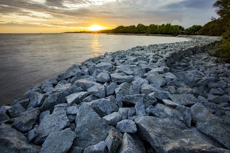 岩ダムを守る手伝いタイにおける海岸侵食