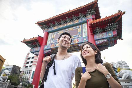 若いアジアのバックパッカー幸せ旅行バンコク中華街の先 写真素材