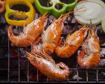 タイの淡水エビ焼きバーベキュー火寒いとストーブとオニオン リング 写真素材
