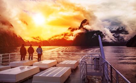 ミルフォード サウンド フィヨルドランド国立公園の最も人気のある旅行先のニュージーランドでの巡航のボートに乗って観光