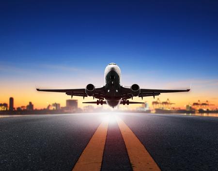 貨物飛行機が船ポート背景空港滑走路から離陸します。 写真素材