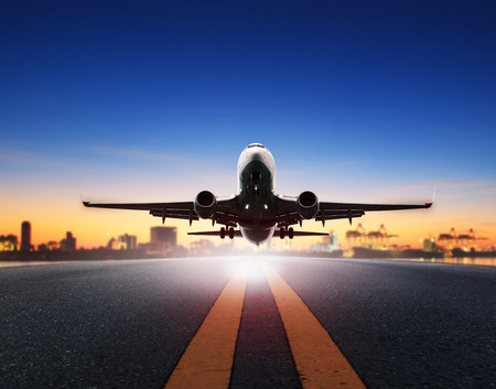 화물 비행기는 배 포트 배경에 대해 공항 활주로에서 이륙