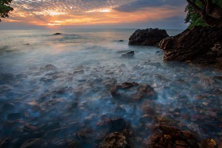Prachtige zee scape en zon stijgende hemel achtergrond
