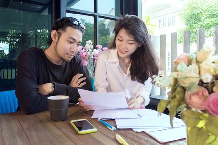 Jonge Aziatische freelance werken thuis geluk en glimlachend gezicht