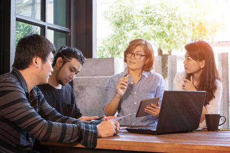 Équipe de rencontre indépendante pour la solution de travail au bureau à domicile Banque d'images