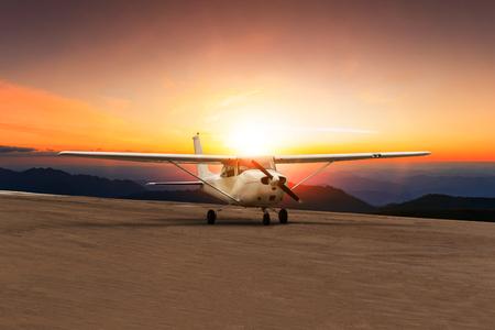 美しい太陽に対して空港の滑走路に古いプロペラ飛行機タクシー セット スカイ
