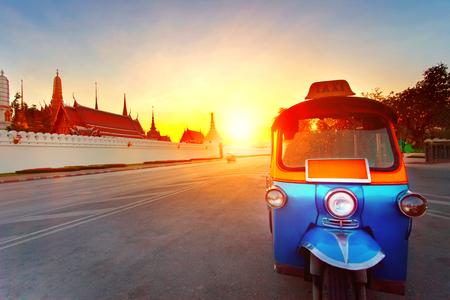 トゥクトゥクと太陽は壮大な宮殿バンコク タイで最も人気のある旅行先で空を設定