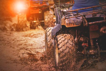 진흙 트랙에서 실행하는 스포츠 atv 차량의 액션 샷
