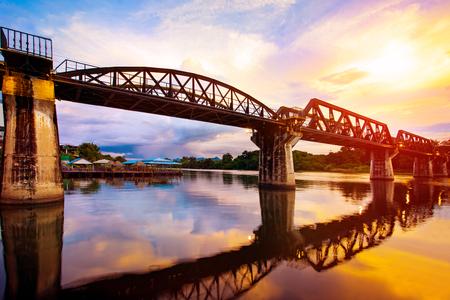 깐 차나 부리 주에서 강 khaw 다리의 화려한 황혼의 시간 가장 인기있는 제 2 차 세계 대전 역사 서부의 태국에서 여행 목적지