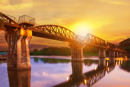 깐 차나 부리 주에서 강 khaw 다리의 화려한 황혼의 시간 가장 인기있는 제 2 차 세계 대전 역사 서부의 태국에서 여행 목적지 스톡 콘텐츠 - 85386519
