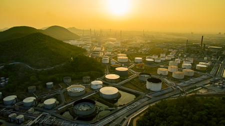 aerial view of oil storage tank in petrochemical industries plant 版權商用圖片