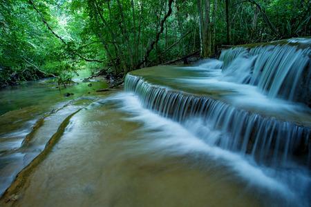 hauy mae kamin 국립 공원 kanchanaburi 태국에서 석회암 물의 흐르는