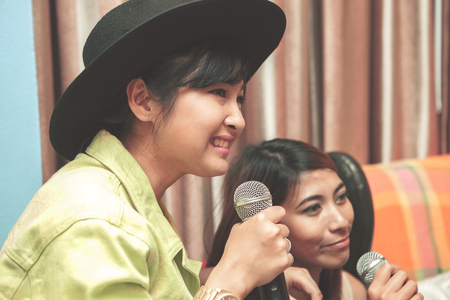 gezicht van Aziatische jongere zingende karaoke lied thuis entertainment Stockfoto