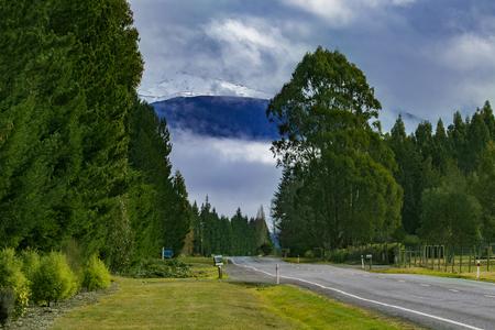 地方の情景道路側を te アナウタウンサウスランドニュージーランド 写真素材