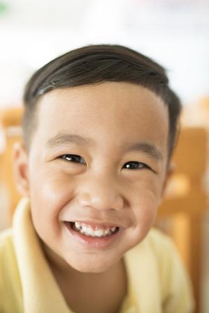 歯笑顔の顔アジアの子供の幸せの感情浅い被写界深度