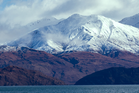 Schneeberg im See Wanaka Südland Neuseeland Standard-Bild - 89001082