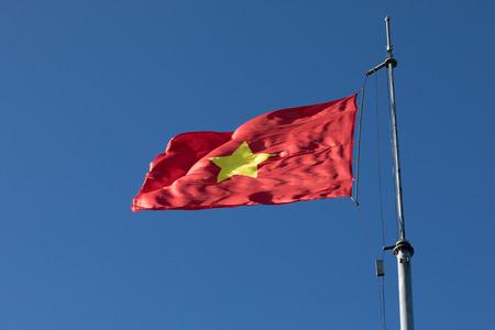 トップのポール美しい澄んだ青い空を背景にベトナムの旗