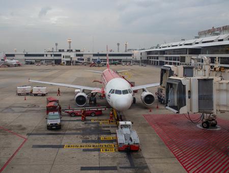 방콕 태국 -11 월 20 일 : airasia 비행기 준비 돈 Muang 공항에서 출발, airasia 남쪽 동쪽 아시아에서 큰 낮은 비용 여객기입니다