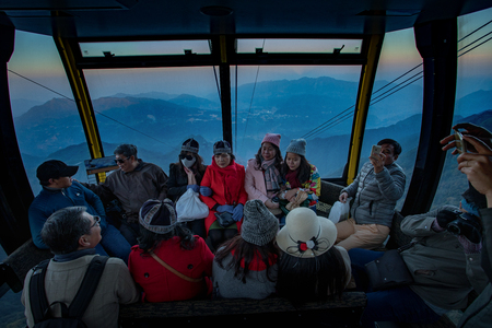 LAO CAI SAPAベトナム - NOV4,2017 : ファンシパンケーブルカーハイキングでアジアの観光客のグループサパの町の船にハイキング、 ファンシパンはインド 報道画像