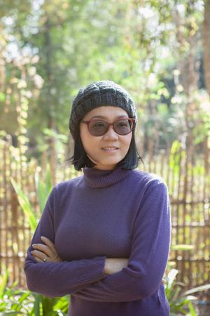 Ritratto di donna asiatica che indossa maglione di lana viola Archivio Fotografico - 90035083
