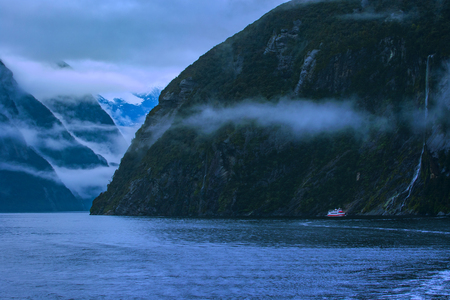 ミルフォード ・ サウンドのフィヨルドランド国立公園最も人気のある自然な旅行先サウスランド ニュージーランドでのクルージング 写真素材