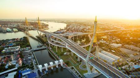 Luchtfoto van Bhumibol brug kruising chaopraya rivier in Bangkok Thailand hoofdstad Redactioneel