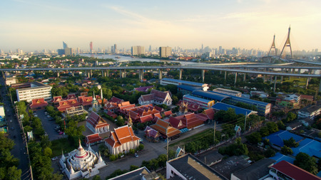 Luchtfoto van de tempel en Bhumibol brug in Bangkok Thailand