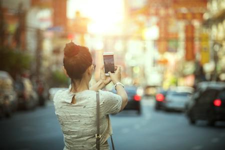 Vrouwentoerist die een foto met slimme telefoon in de stad Bangkok Thailand nemen van Yaowarat China