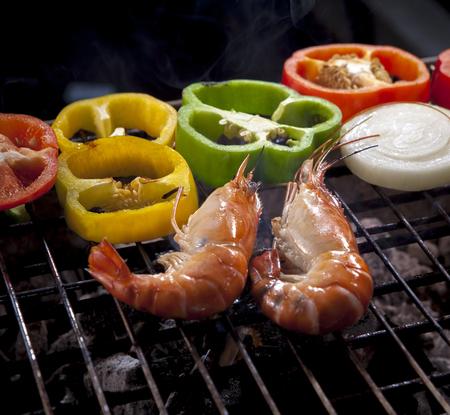 チリとオニオンリングでバーベキューストーブで焼いたエビ